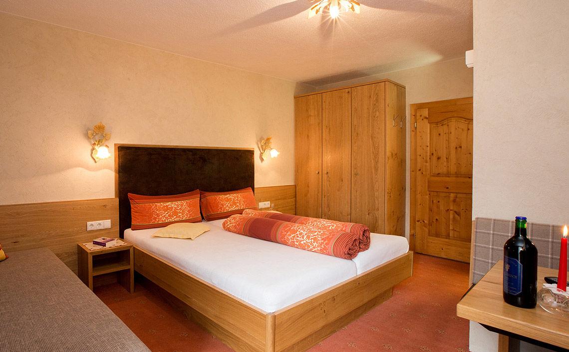 KAUNERTAL Doppelzimmer im Hotel Jägerhof in Feichten, Foto: bildkreis