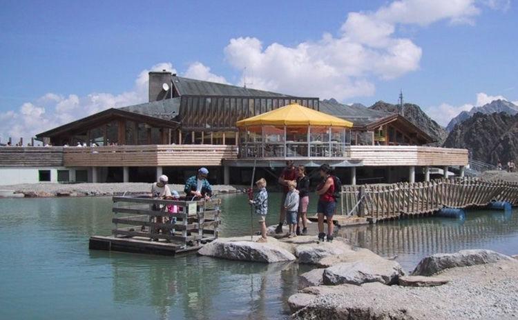 Abenteuerspielplatz mit einem kleinen See
